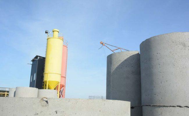 Prefabrykaty w tle silosy betoniarni
